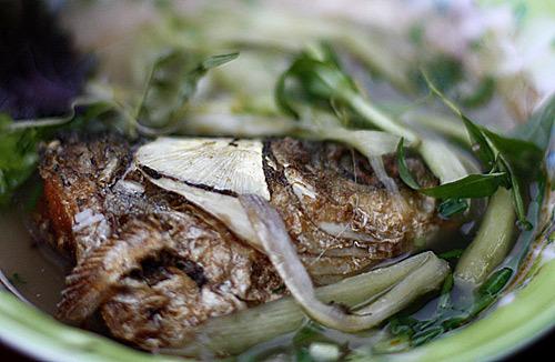 Đầu cá rán ở ngõ Hồng Phúc.