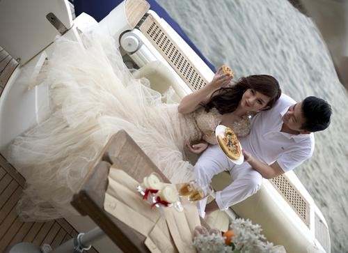 Quỳnh Chi bất ngờ tuyên bố làm đám cưới khi mới 22 tuổi. Trong bộ ảnh cưới, cô dâu chọn váy cưới tông màu vàng nhạt, theo xu hướng mới nhất của năm nay.