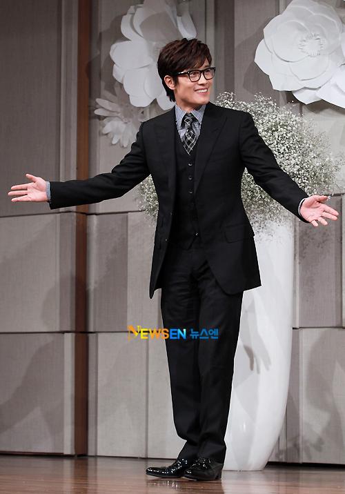 Lee Byung Hun là bạn rất thân của Go Soo. Anh được chú rể giao cho trọng trách làm MC trong đám cưới.