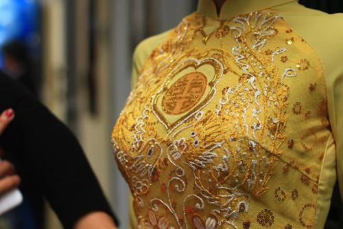 Xu hướng áo dài năm nay thường có màu sắc nhẹ, họa tiết đơn giản và chất liệu thường là voan mỏng.