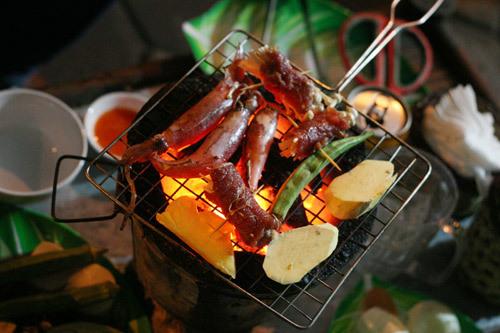 Nướng trên than hoa tốn công hơn nhưng món ăn thơm ngon.