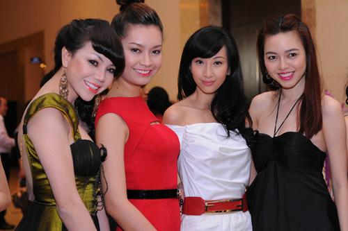 Dàn người đẹp Trà Ngọc Hằng, Hoàng Anh Thư, Lều Phương Anh và Vũ Hoàng Điệp (từ trái sang phải) mặc đẹp đi dự tiệc.