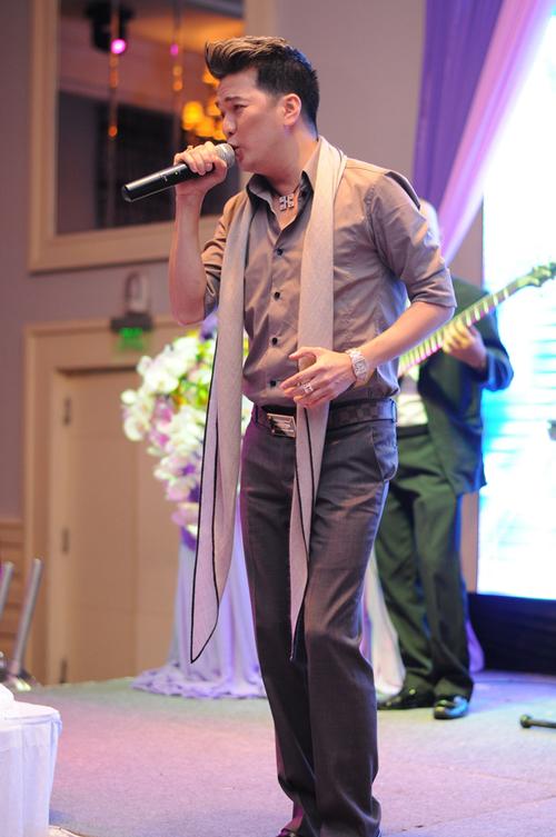 Nam ca sĩ không quên trình diễn những tiết mục sôi động trên sân khấu của tiệc cưới.