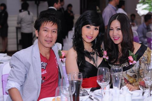 Vợ chồng danh hài Kiều Oanh - Lê Huỳnh ngồi chung bàn với chuyên gia trang điểm Hạ My (ngoài cùng bên phải).