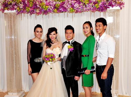Hà Tăng diện váy xanh đơn giản và tinh tế khi cùng nam người mẫu Quang Tuyến (ngoài cùng bên phải) và cô bạn thân, diễn viên Yuki Lê (ngoài cùng bên trái) đến chúc mừng Quỳnh Chi và Trần Văn Chương.