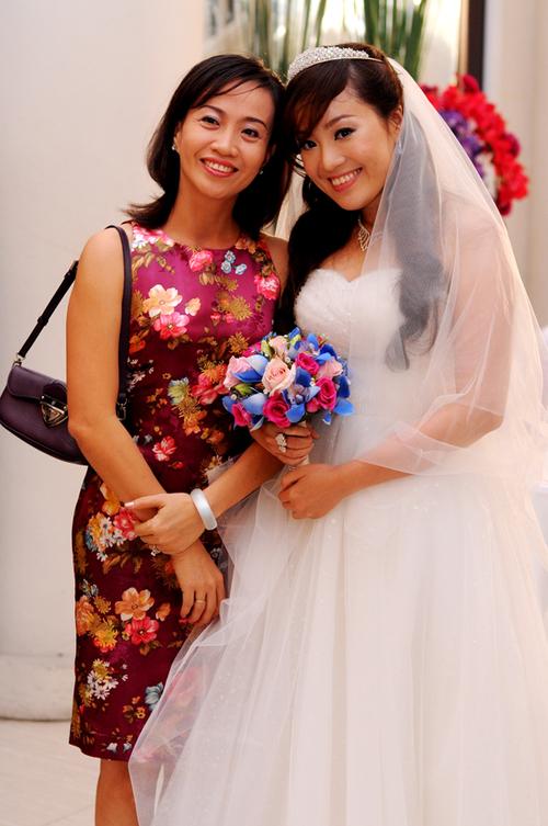 Trong khi đó, cô dâu Hồng Thu luôn rạng rỡ mọi lúc mọi nơi.