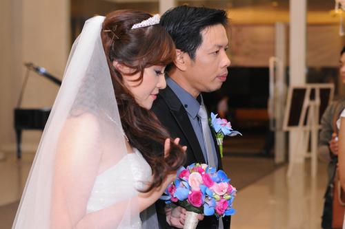 Cặp đôi Thái Hòa - Hồng Thu tiến vào bàn tiệc.