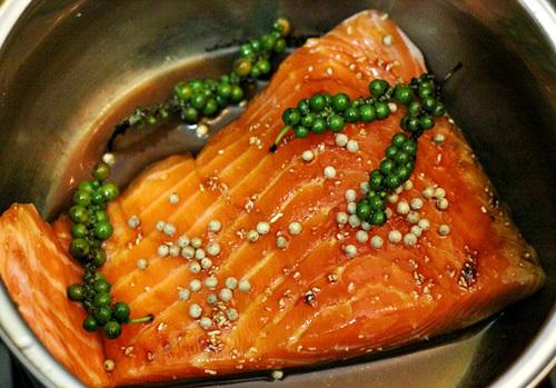 Ướp cá với gia vị trong vòng 30 phút cho ngấm.