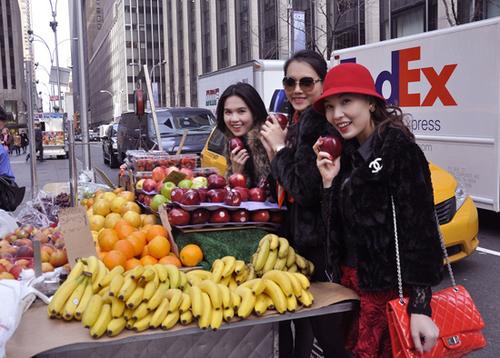 Các cô gái thích thú khám phá những nét đặc biệt của thành phố New York.