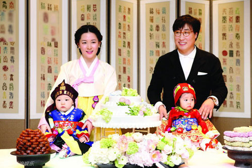 Chào đời ngày 20/2/2011, cặp song sinh của nhà Lee Young Ae giờ đã tròn một tuổi. Hôm 20/2, nữ diễn viên Hàn Quốc tổ chức đầy tuổi cho con