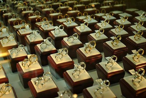 Tại các cửa hàng, đa số bày bán các loại nhẫn kiểu dáng đơn giản, không cầu kỳ.