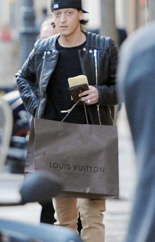 Hôm cuối tuần, Mesut Ozil một mình đi mua sắm tại Madrid.