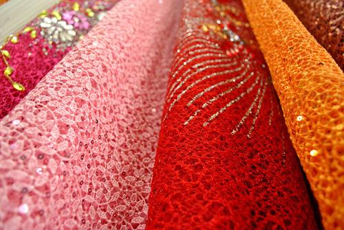 Màu sắc được ưa chuộng là đỏ, hồng, trắng.