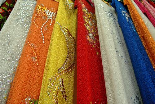 Tại các cửa hàng, mẫu mã và kiểu dáng vải áo dài ren rất đa dạng.