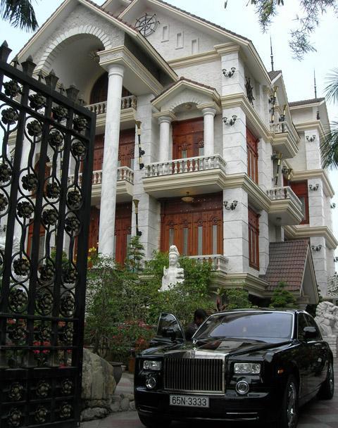 Siêu xe và biệt thự của doanh nhân Phạm Thị Diệu Hiền. Ảnh: Thiên Phước