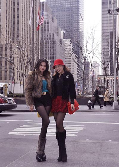 Ngọc Trinh khoác lên mình bộ trang phục Chic & Trendy và đôi giày lông Gucci.