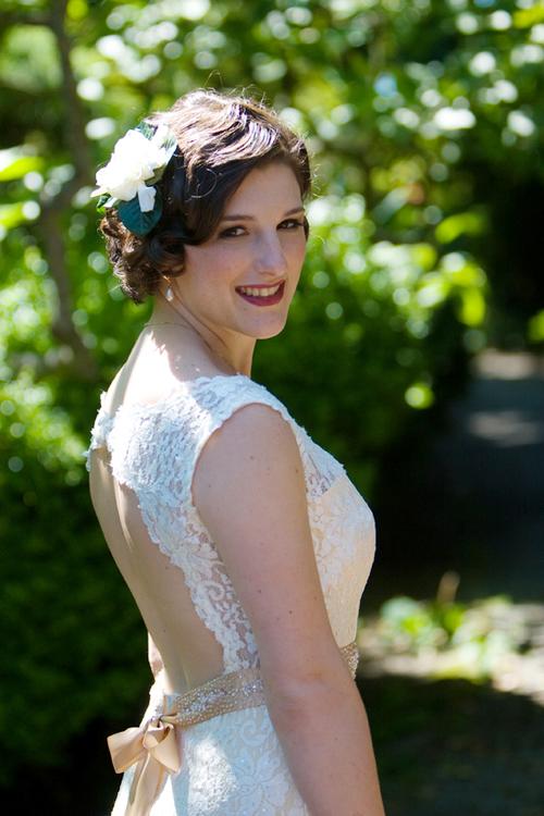 Kiểu tóc được nhiều cô dâu lựa chọn là uốn xoăn để tạo cảm giác mềm mại, nhẹ nhàng.