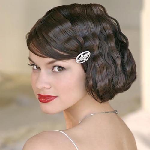 Một chiếc cặp tóc đính đá lấp lánh sẽ khiến bạn thêm nổi bật.