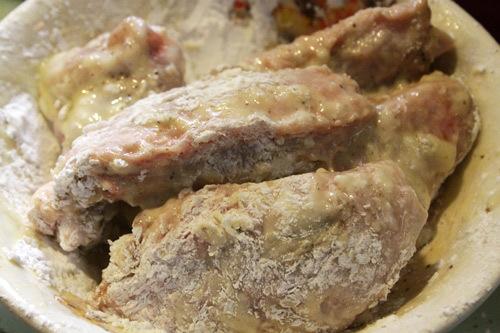 Đổ trứng gà và bột năng vào trộn đều với cánh gà.