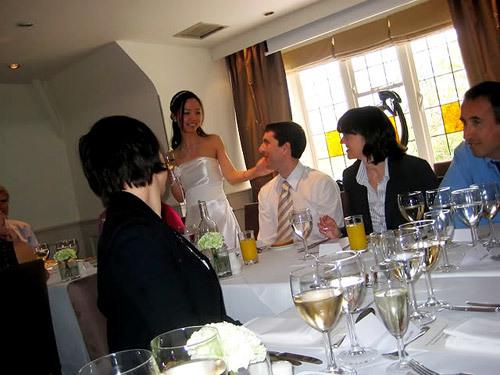 Cô dâu, chú rể nói lời cảm ơn khách sau khi sâm banh được rót.
