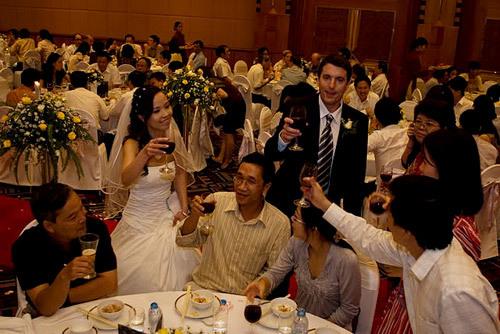 Cô dâu, chú rể đi từng bàn cụng ly và cảm ơn quan khách tới dự.
