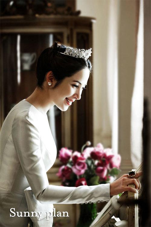Lee Eun Hee khoe bộ ảnh cưới tuyệt đẹp, nhưng cô giấu mặt chú rể.
