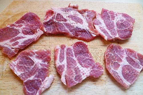 Dầm miếng thịt cho mềm.