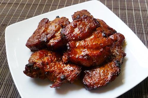 Miếng thịt chín vàng đều, màu sắc đẹp và thấm gia vị.