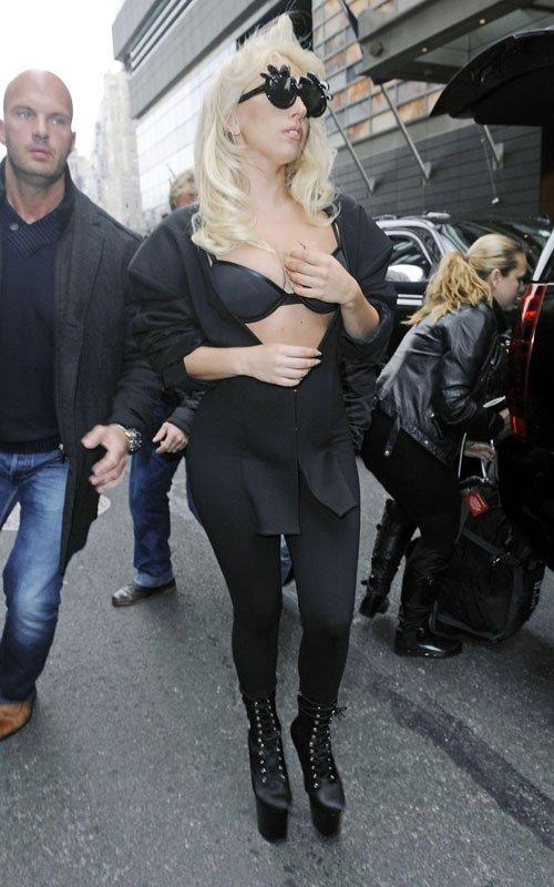 Lady Gaga trong trang phục sexy khi rời khách sạn ở New York, ngày 2/3.