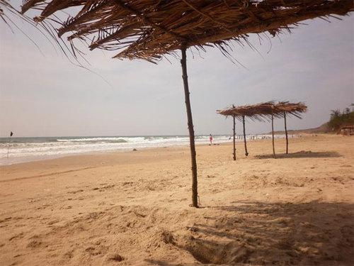 Bãi biển Hòn Rơm hoang sơ với các chòi lá.