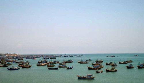 Bến thuyền ban chiều tại biển Mũi Né, Bình Thuận.
