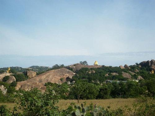 Các khối đá lớn ven bờ biền Phan Rang, Ninh Thuận.