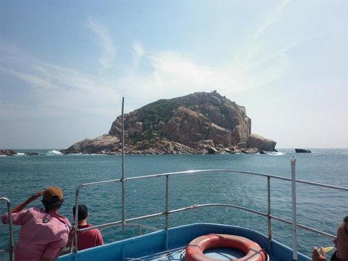 Đảo đá tại vịnh Vĩnh Hy, Biển Ninh Thuận.