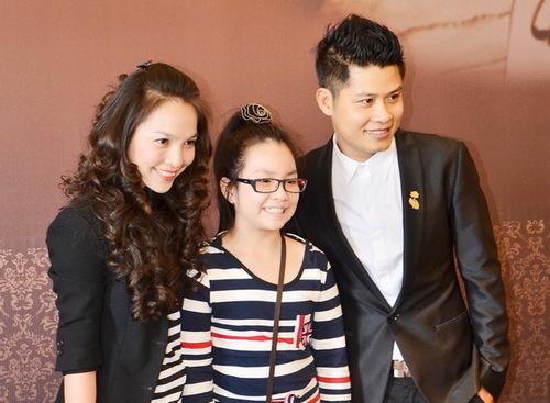 Nhiều người khen ngợi, Gia Bảo càng lớn càng xinh xắn và có nhiều nét giống mẹ, đặc biệt là nụ cười rạng rỡ. Hai mẹ con tự tin khoe sắc trước các phóng viên, bên cạnh chủ nhân của buổi tiệc  nhạc sĩ Nguyễn Văn Chung.