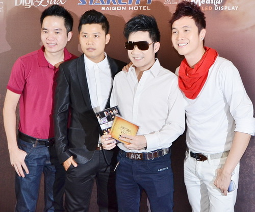 Từ trái qua: ông bầu Quang Cường, ca sĩ Quang Hà và ca sĩ Nhật Tinh Anh đều là những người bạn thân thiết với Nguyễn Văn Chung.
