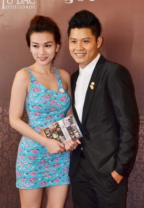 Ca sĩ Thu Thủy ăn mặc gợi cảm đến dự tiệc. Cô xúc động khi nghe Nguyễn Văn Chung chia sẻ rằng, toàn bộ lợi nhuận từ việc phát hành các single, DVD của anh sẽ được dành để làm từ thiện.