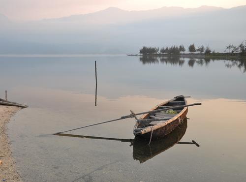 Chiều trên Vịnh Lăng Cô (Huế) mang trong mình nét dịu dàng và trầm lắng, vịnh Lăng Cô - một trong những vịnh đẹp nhất của thế giới - đã làm say đắm bao con tim du khách.