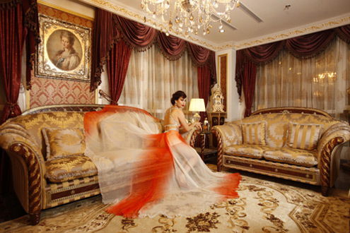 Căn hộ nằm trong một dự án bất động sản ở Cầu Giấy, Hà Nội bao gồm một khách sạn 5 sao và 242 căn hộ siêu sang, lấy cảm hứng từ phong cách Hoàng gia châu Âu thế kỷ XVII.