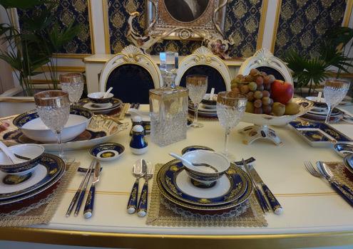 Mỗi căn hộ, bàn ăn được trang bị đồ gốm sứ tinh xảo, cầu kỳ, góp phần tô điểm thêm vẻ cổ điển cho căn phòng.