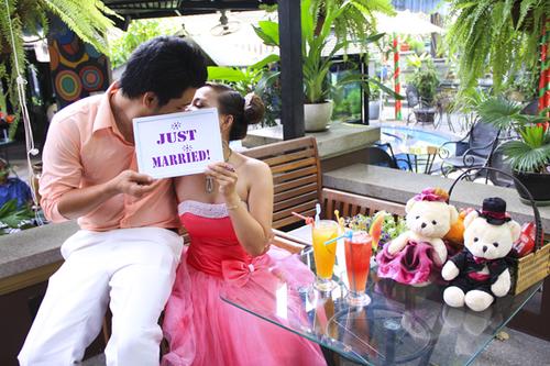 Trong quán cà phê với lối bài trí đáng yêu, chú rể 'Mưa tình yêu' đã tỏ tình với cô dâu Tuyết Mai.