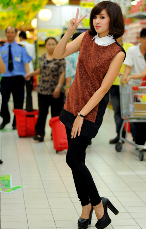 Tâm Tít cùng với các nghệ sĩ diễn viên Anh Đào, ca sĩ Dương Quốc Hưng, danh hài Hồng Tơ tham gia tranh tài trong cuộc thi mua sắm