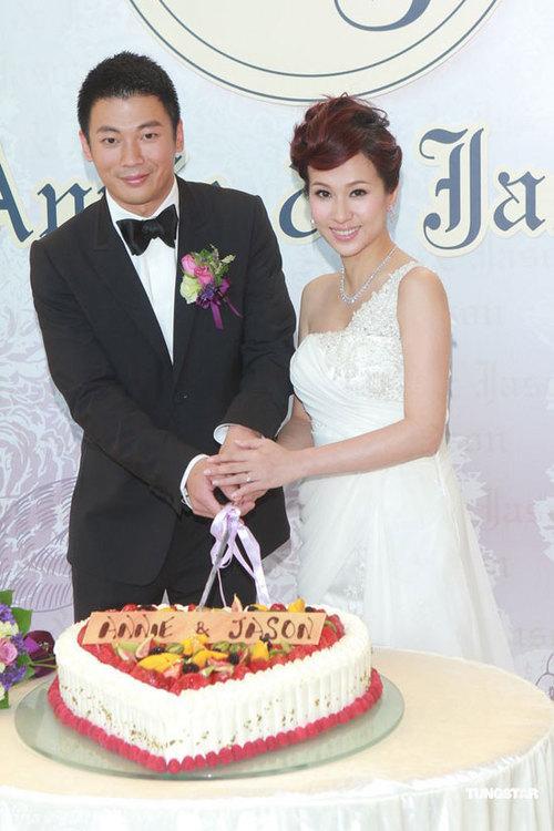 Đám cưới diễn ra với nghi thức trang trọng và có sự góp mặt của rất đông bạn bè cô dâu.