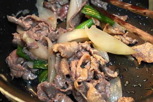 Nhanh tay cho thịt bò vào xào cùng