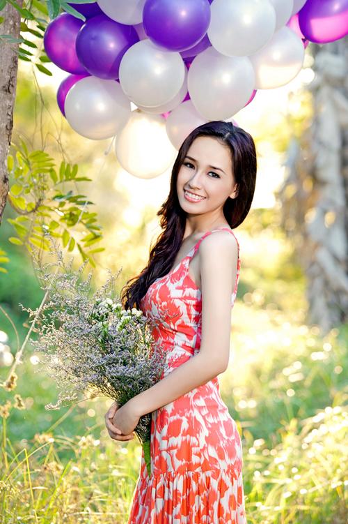 Vẻ đẹp dịu dàng và lòng nhân ái của Hoa hậu Việt Nam 2006 được nhiều người yêu mến.