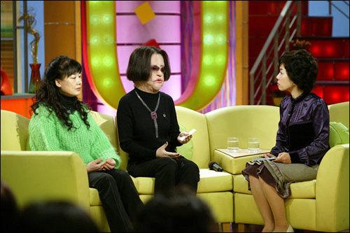 Han Mi Ok trong một lần trò chuyện với khán giả truyền hình. Ảnh: Nate.
