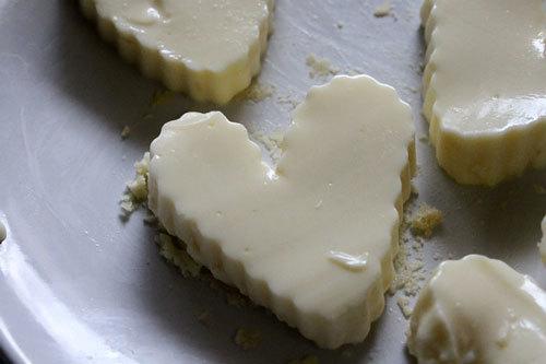 Bánh flan đúc trong khuôn hình trái tim.