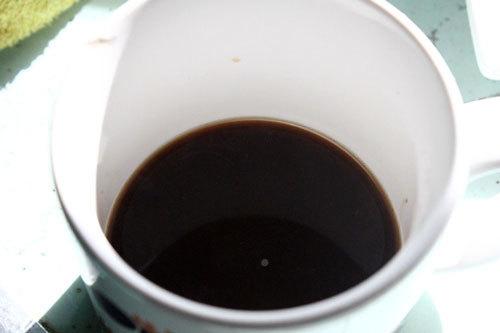 Pha cà phê.