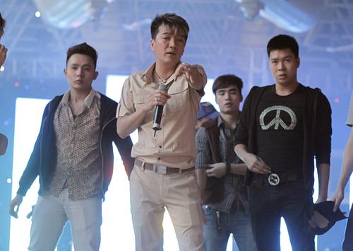 Mr Đàm bận rộn tập luyện với các vũ công cũng như người mẫu. Tối nay, anh không chỉ hát, nhảy mà còn xuất hiện trong cả sàn catwalk cùng nhiều người mẫu nam nổi tiếng khác của Hà Nội và Sài Gòn.