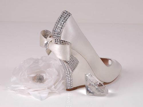 Giày hở mũi thích hợp với những đám cưới tổ chức vào mùa hè.