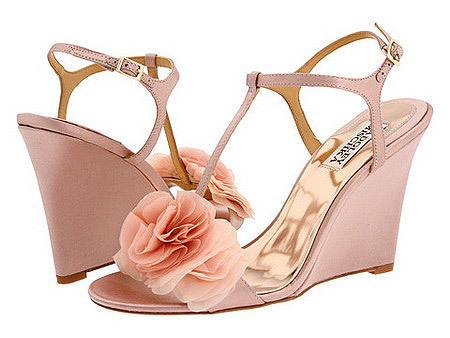 Chọn màu sắc, kiểu trang trí giày phù hợp với màu váy cưới.